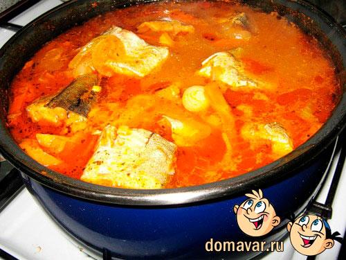 Рыба тушеная в томатном соусе с овощами