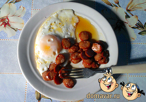 Быстрый завтрак из яичницы и сосиски