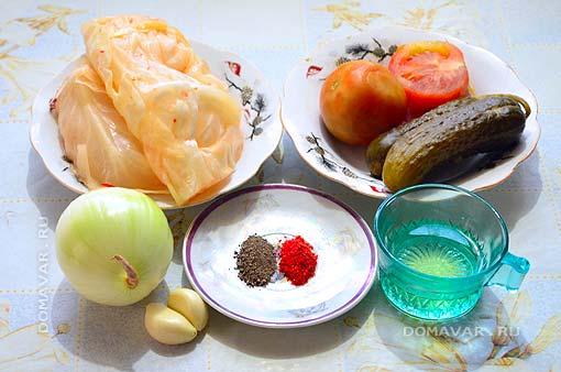 Салат из квашеной капусты с маринованными огурцами и помидорами