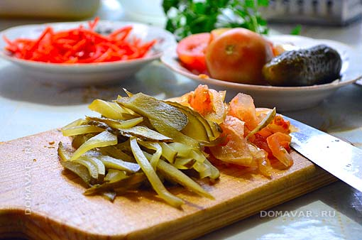 Закусочный салат из квашеной капусты с маринованными огурцами и помидорами