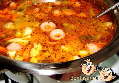 Простой овощной суп с сосисками на скорую руку