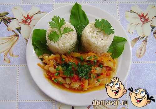 Пропаренный рис на сковороде с овощным гарниром
