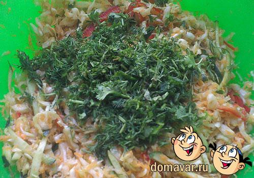 Витаминный овощной салат с капустой и огурцом