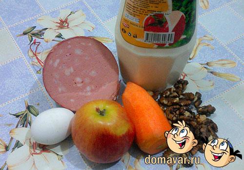 Сытный салат с яблоком и орехами