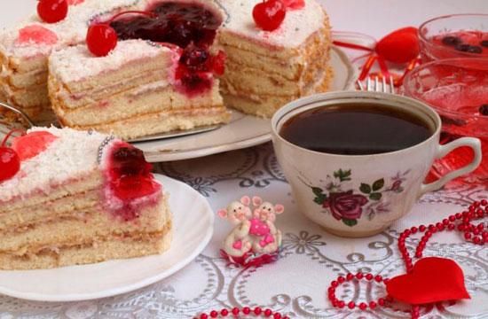 Праздничный торт с вишней