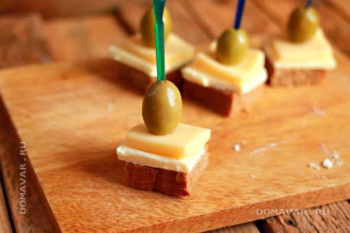Канапе с сыром и оливками