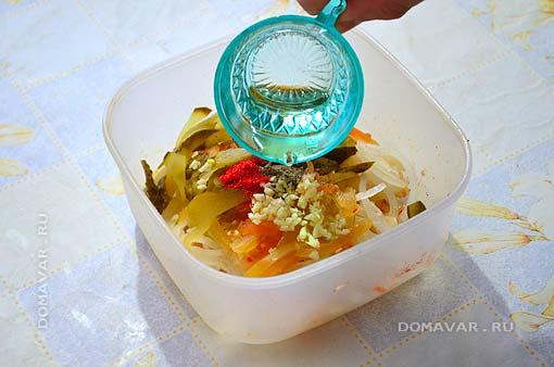 Салат из квашеной капусты с маринованными огурцами приготовление