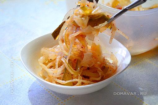 Сервировка салата из квашеной капусты с маринованными огурцами и помидорами