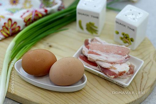 Продукты к завтраку из яичницы и бекона